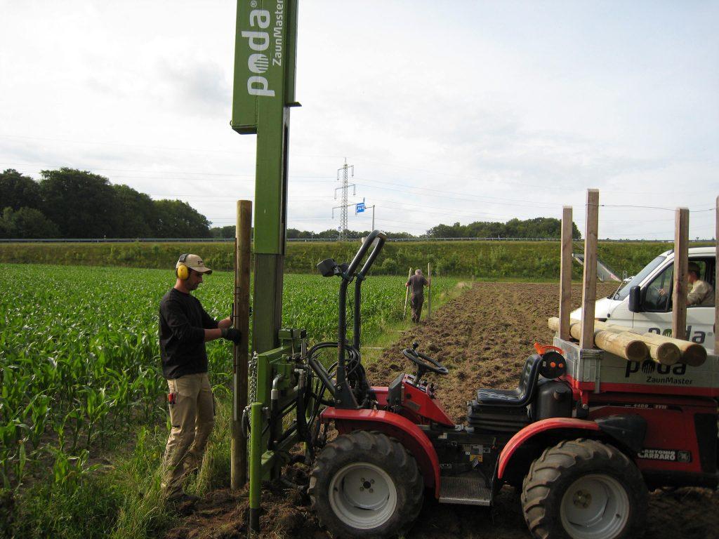 Mit einer professionellen Ramm-Maschine werden die Pfähle direkt in den Boden eingeschlagen | Poda Zaun